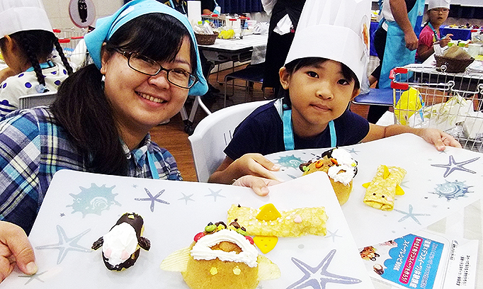 フサギンポのシュークリームにエクレアがペンギン!?水族館で洋菓子に触る親子の時間