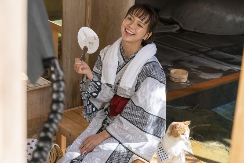 多部未華子、新CMで初共演の「にゃらん」にメロメロ!演技派女優と旅猫の異色コンビ爆誕