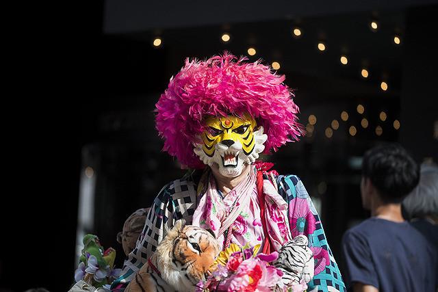 タイガーマスクのお面をかぶり、ド派手な格好で新宿を自転車で走る男‼映画『新宿タイガー』(3月22日公開)