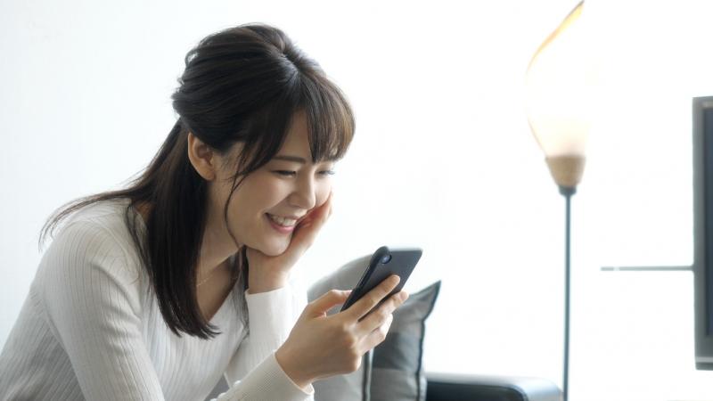 20代女性の半数以上が「1日に4時間以上」のスマートフォン利用!ゲームや動画が就寝前の「ついついスマホ」の原因に