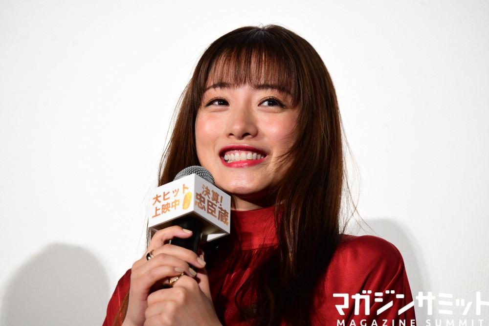 石原さとみさんの深紅ドレス姿が美しすぎた…ナイナイ岡村さんは契約問題に言及