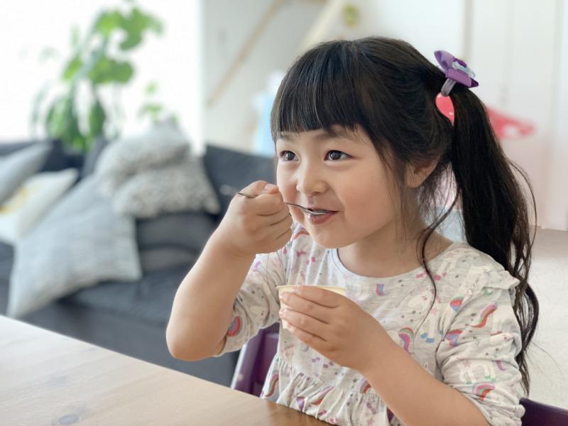 アイスを食べる子ども
