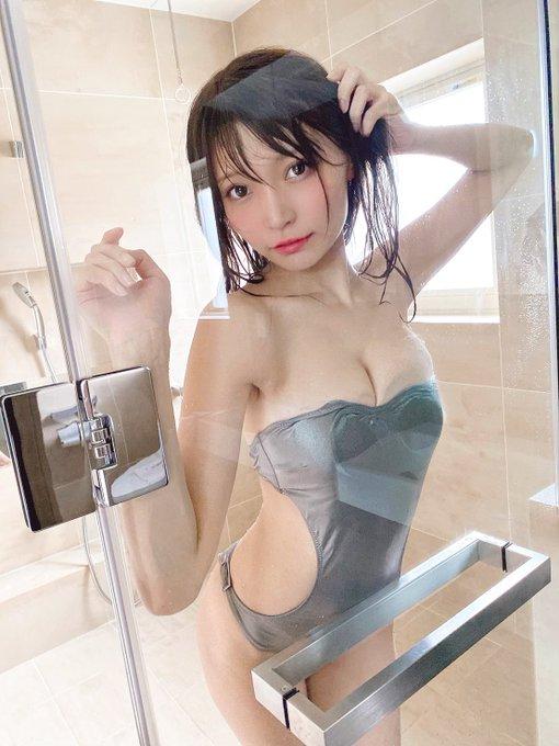 Gカップ・似鳥沙也加、濡れた髪がセクシーなグラビアオフショットを複数披露!