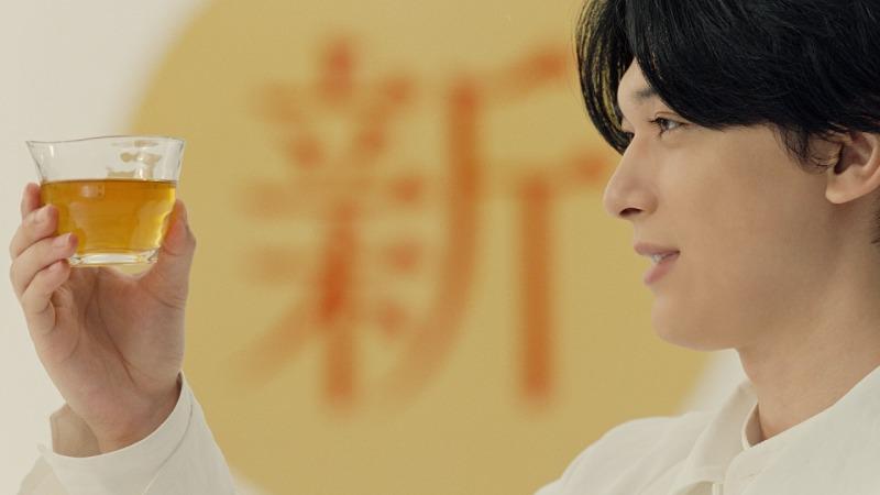 吉沢亮&満島ひかり、生まれ変わった「キリン 生茶 ほうじ煎茶」に納得の笑顔