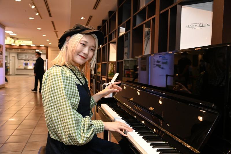 ハラミちゃん、即興の嵐メドレーに観客が感動!渋谷マークシティのストリートピアノ設置記念イベントに登場